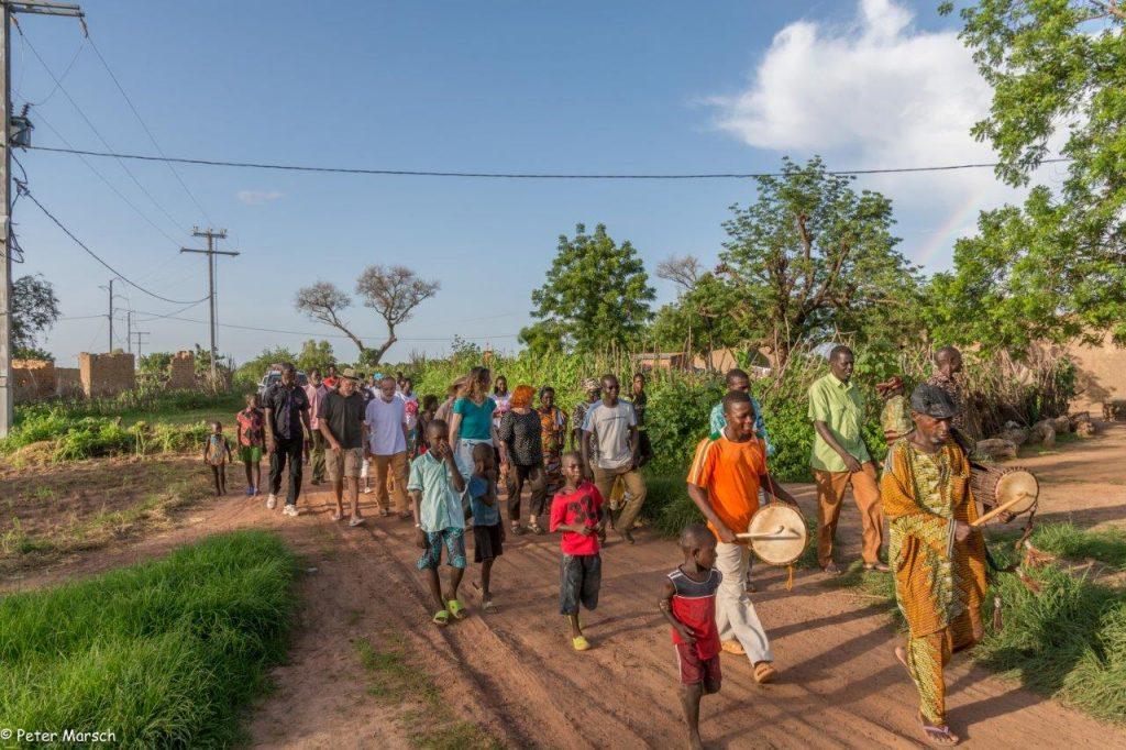 Einzug der Delegation ins Dorf